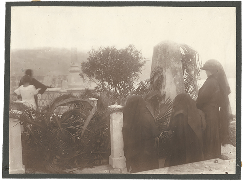 Foto-Berner,-Sprovod-Vlaha-Bukovca,-obitelj-na-grobu-V-web